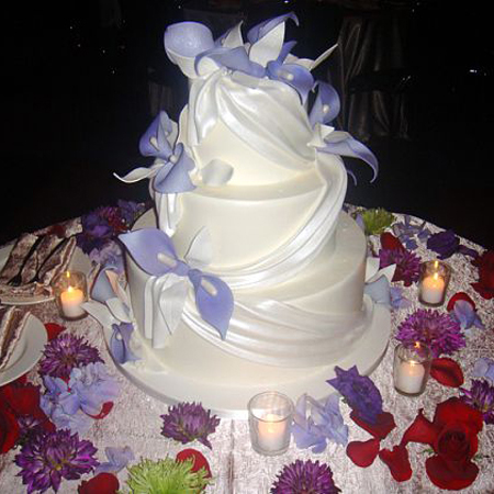Wedding_cake_on_table_with_floral_decorations